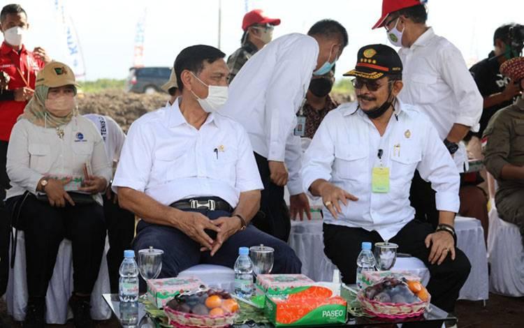 Menko Marves RI, Luhut Binsar Pandjaitan bersama dengan Menteri Pertanian, Syahrul Yasin Limpo saat berada dikawasan Food Estate Blok A5 Desa Bentuk Jaya, Kecamatan Dadahup, Kabupaten Kapuas.