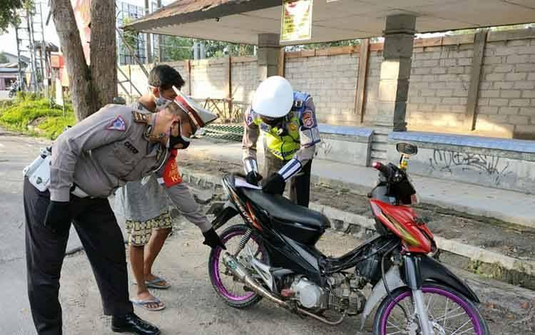 Anggota Satlantas Polres Kobar tilang pengendara motor gunakan knalpot brong.