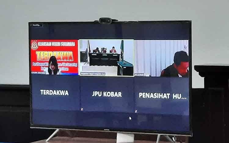 Pemilik karaoke berinisial RE saat menjalani sidang vonis atas kasus mempekerjakan anak di bawah umur.