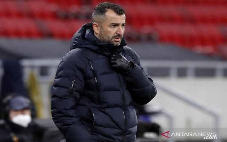 Ekspresi pelatih kepala Granada Diego Martinez saat mendampingi timnya menghadapi FK Molde dalam leg kedua 16 besar Liga Europa di Stadion Puskas Arena, Budapest, Hongaria, Kamis (18/3/2021)