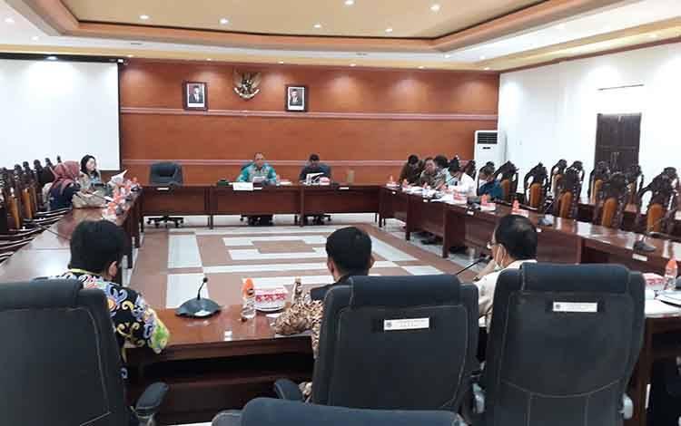 Suasana saat Rapat gabungan Pansus LKPj Bupati dengan pihak eksekutif di DPRD Kabupaten Kapuas pada Kamis, 8 April 2021.
