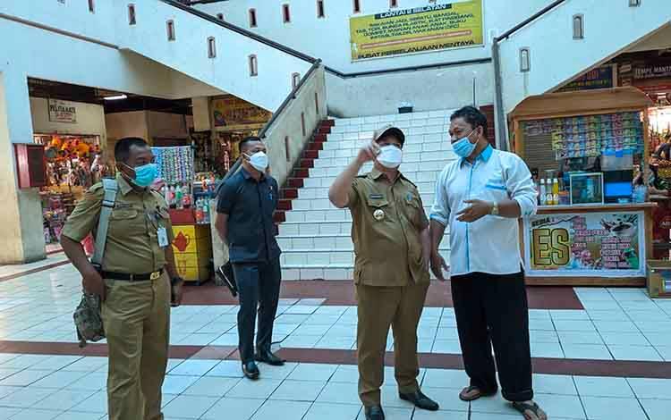 Bupati Kotim Halikinnor saat melakukan sidak di Pusat Perbelanjaan Mentaya (PPM) Sampit. Sementara, Pasar Ramadan akan digelar di Taman Kota Sampit.
