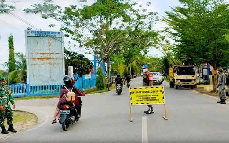 Tim gabungan saat melaksanakan operasi yustisi di Kota Muara Teweh.