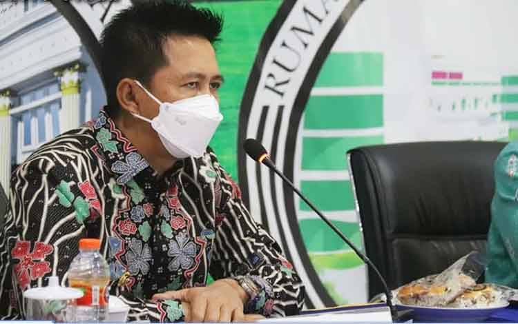 Bupati Barito Utara, Nadalsyah saat mengikuti musrenbang RKPD Provinsi Kalimantan Tengah secara virtual, Kamis, 8 April 2021.