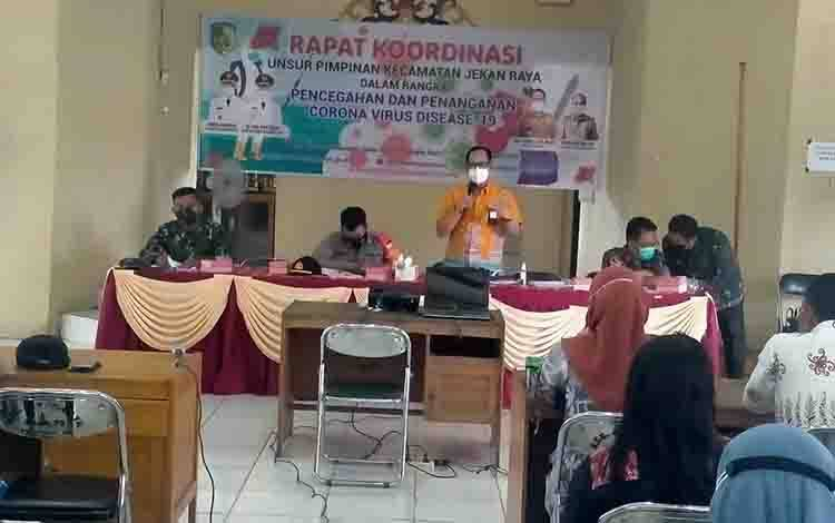 Rapat koordinasi membahas pencegahan dan penanganan covid-19 di Kecamatan Jekan Raya, Kamis, 8 April 2021.