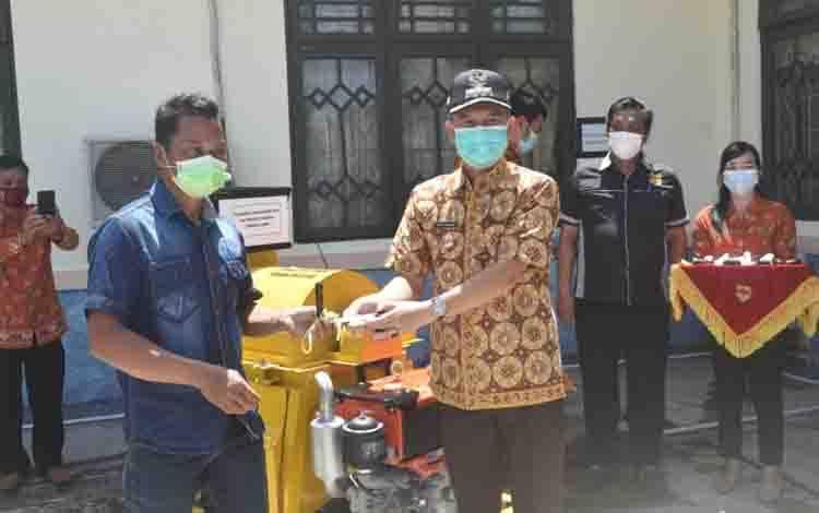 Bupati Gumas Jaya S Monong menyalurkan bantuan alsintan kepada poktan.