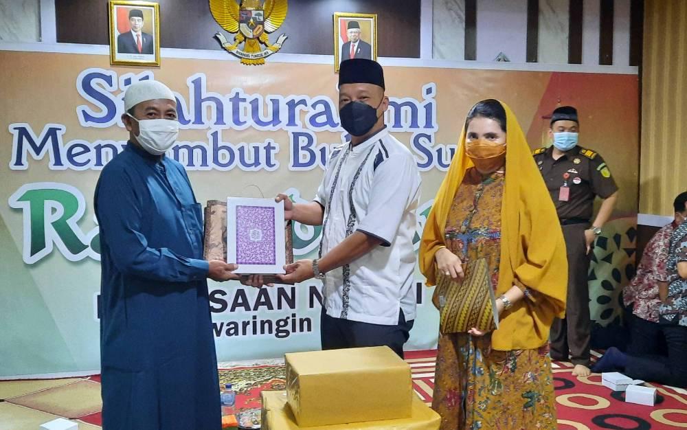 Kajari Kobar, Dandeni Herdiana memberikan Al Qur'an kepada pengurus Panti Asuhan Muhammadiyah Pangkalan Bun, Kamis, 8 April 2021.
