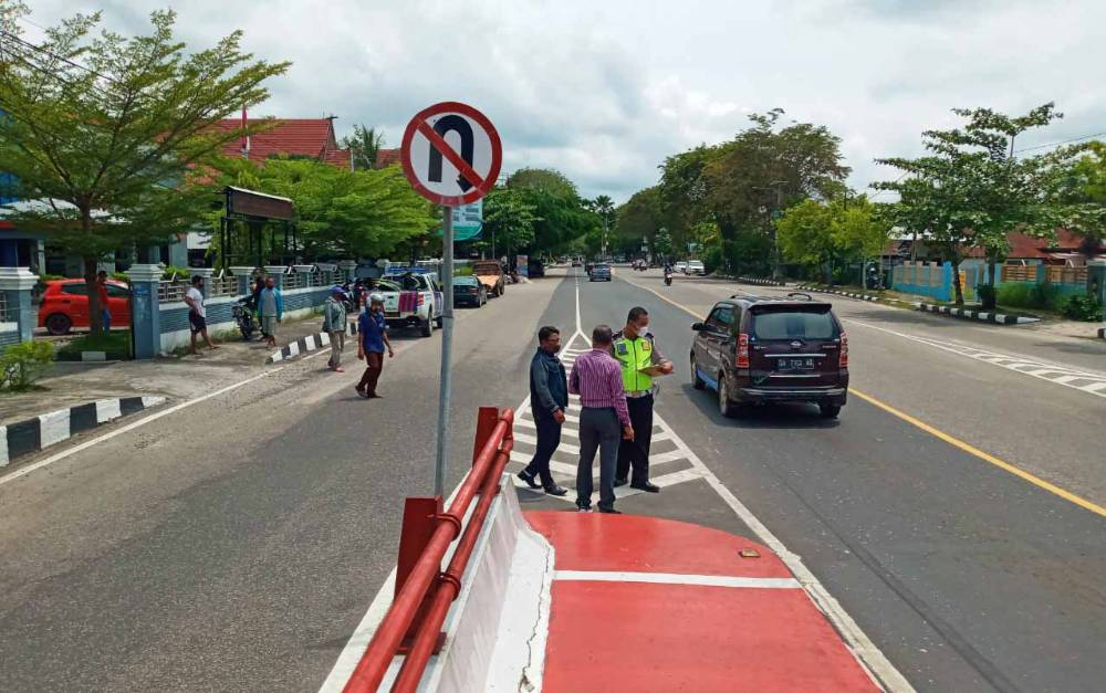 Anggota Satlantas Polresta Palangka Raya saat melakukan olah TKP di lokasi kecelakaan maut Jalan Pierre Tendean, ujung Jembatan Kahayan.