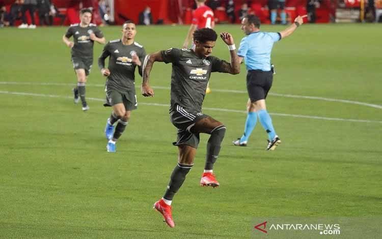 Penyerang Manchester United Marcus Rashford merayakan golnya ke gawang Granada dalam leg pertama perempat final Liga Europa di Stadion Nuevo Los Carmenes, Granada, Spanyol, Kamis (8/4/2021) waktu setempat