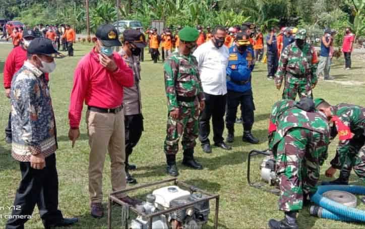 Pj Sekda Katingan Pransang (kaos merah) saat menghadiri apel kesiapsiagaan Karhutla di Pulau Malan.