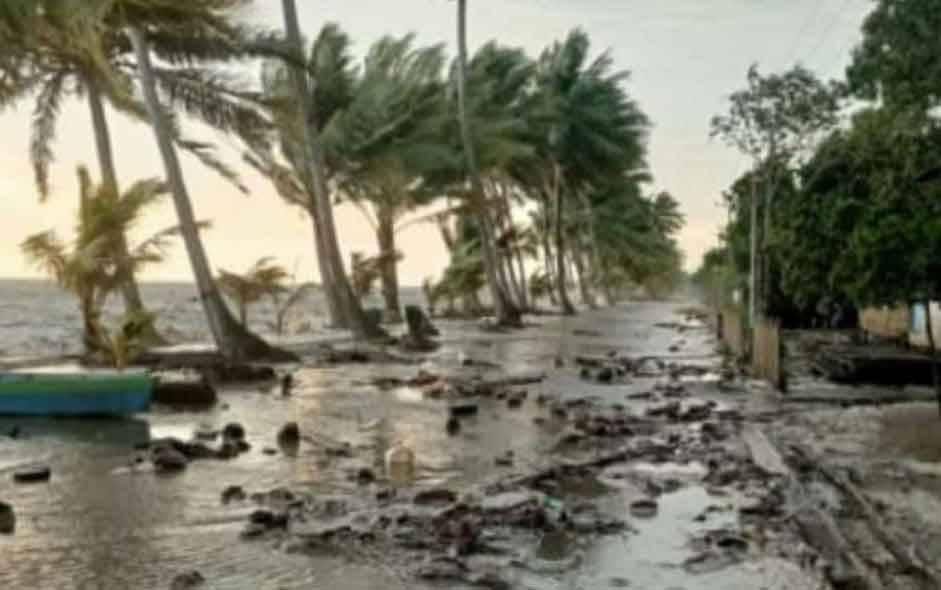 Rusaknya akses Jalan Utama Desa Keraya akibat gelombang pasang sebagai oengaruh cuaca extreme, Kamis, 8 April 2021