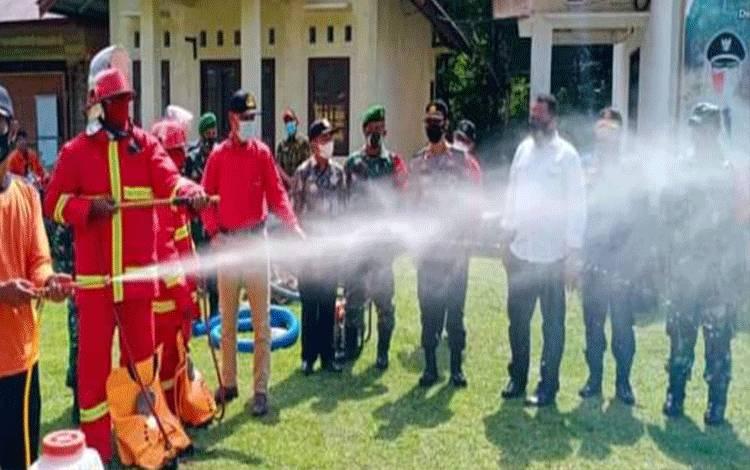 Pihak Kecamatan Pulau Malan mengadakan simulasi pemadaman kebakaran lahan saat apel kesiapsiagaan Karhutla.