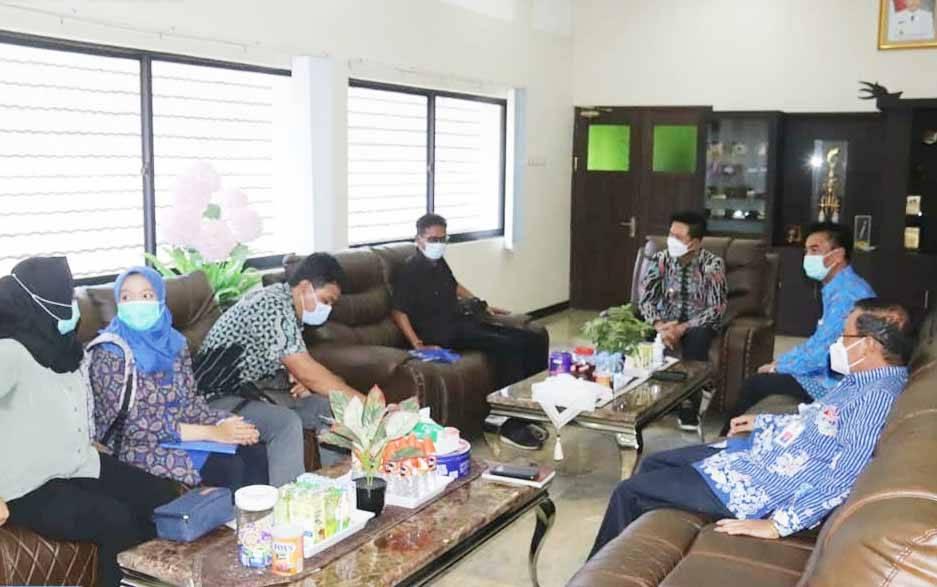 Bupati Barito Utara, Nadalsyah bersama wakilnya, Sugianto Panala saat menerima tim BPK RI Perwakilan Kalimantan Tengah.