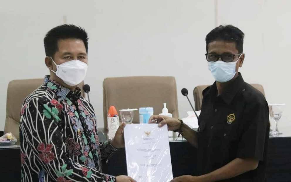 Bupati Barito Utara, Nadalsyah saat menerima dokumen dari tim BPK RI Perwakilan KalimantanTengah, Bayu.