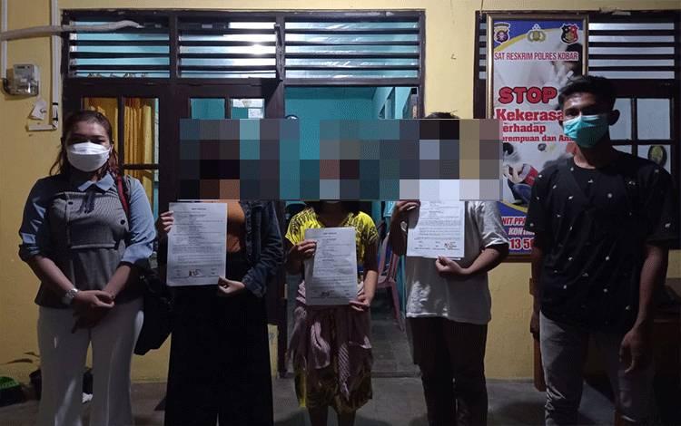 Perkelahian dua gadis ABG berakhir damai di kantor polisi.