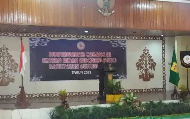 Sekda Gumas Yansiterson membacakan sambutan Bupati Gumas Jaya S Monong saat pembukaan Muscab III IBI Kabupaten Gumas, di GPU Tampung Penyang, Sabtu 10 April 2021.
