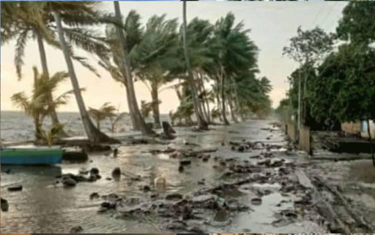 Kondisi angin kencang yang memicu gelombang pasang di Desa Keraya yang terjadi beberapa hari lalu.