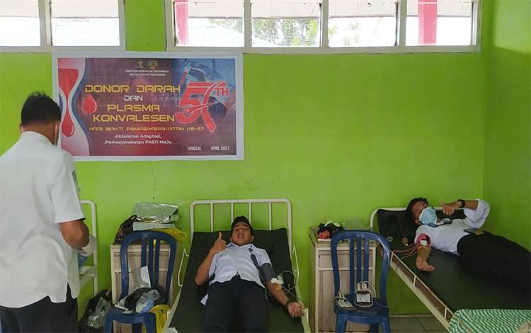 Petugas Rutan Kelas IIB Buntok sedang mendonor darah.