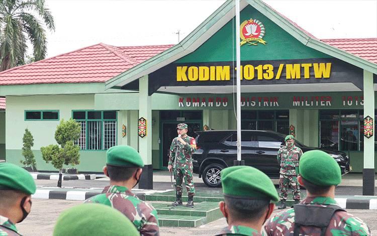Dandim 1013 Muara Teweh, Letkol Kav Rinaldi Irawan saat memberikan arahan kepada seluruh babinsa.