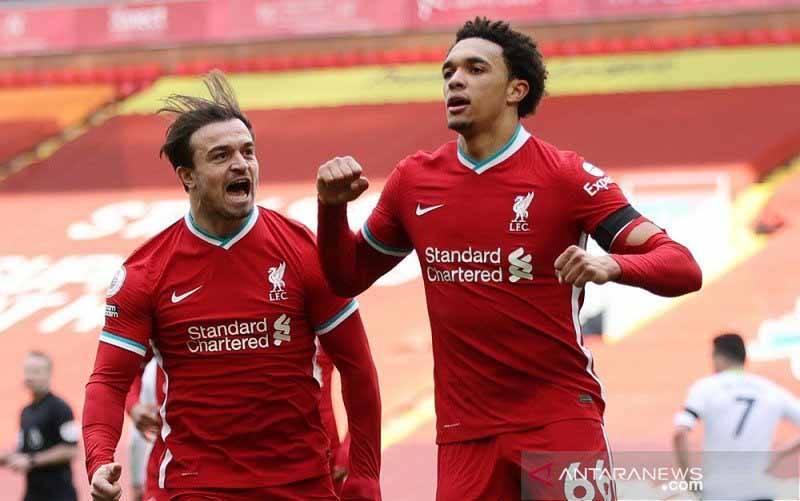Bek Liverpool Trent Alexander-Arnold (kanan) melakukan selebrasi bersama Xherdan Shaqiri seusai mencetak gol penentu kemenangan atas Aston Villa dalam lanjutan Liga Inggris di Stadion Anfield, Liverpool, Inggris, Sabtu (10/4/2021). (foto : ANTARA/REUTERS/POOL/Clive Brunskill)