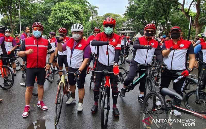 DPP PDI Perjuangan (PDIP) mengajak para awak media bersepeda santai di seputaran Jakarta Pusat. (foto : ANTARA/PDI Perjuangan)