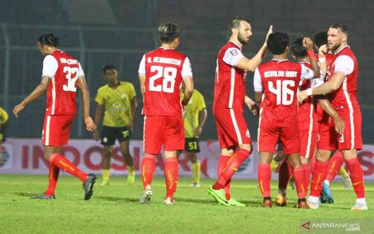Pesepak bola Persija Jakarta melakukan selebrasi usai mengalahkan Barito Putera dalam Babak Perempat Final Piala Menpora di Stadion Kanjuruhan, Malang, Jawa Timur, Sabtu (10/4/2021)