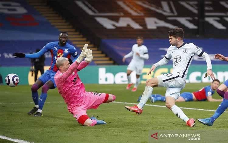 Penyerang sayap Chelsea Christian Pulisic (kanan) menaklukkan kiper Crystal Palace Vicente Guaita untuk mencetak gol keduanya dalam lanjutan Liga Inggris di Stadion Selhurst Park, London, Inggris, Sabtu (10/4/2021) waktu setempat