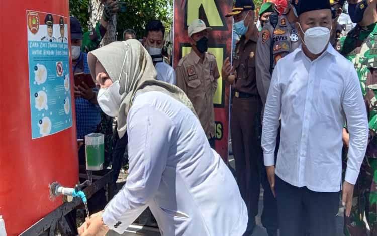 Bupati Kobar, Nurhidayah mencuci tangan usai mengikuti kegiatan Gubernur Kalteng