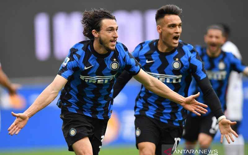 Bek sayap Inter Milan Matteo Darmian (kiri) merayakan golnya ke gawang Cagliari dalam lanjutan Liga Italia di Stadion Giuseppe Meazza, Milan, Italia, Minggu (11/4/2021). (foto : ANTARA/REUTERS/Daniele Mascolo)