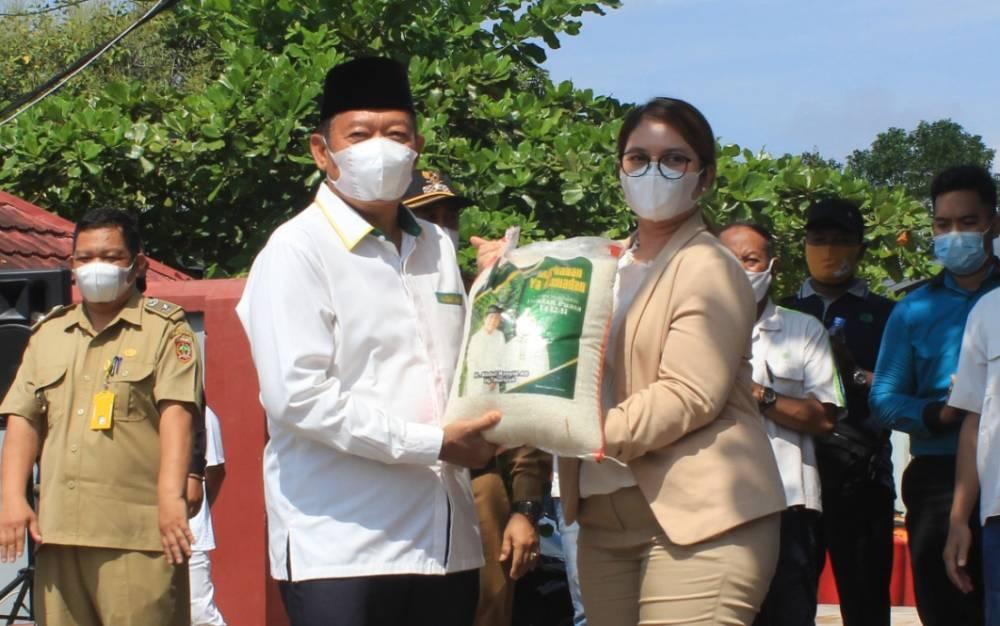 Mewakili Keluarga Besar H. Abdul Rasyid AS dan Hj. Nuriyah, Ernis Desidistrisna menyerahkan zakat beras pada masyarakat Kalteng pada perwakilan Baznas Kobar, Senin, 12 April 2021.