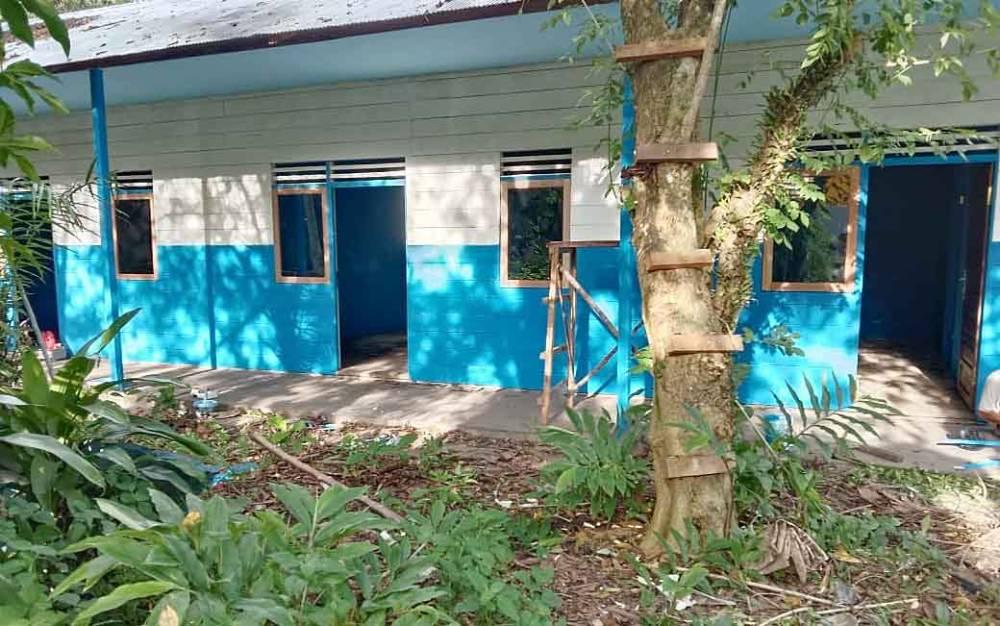 Bangunan rumah dinas guru SMA Negeri 1 Tamiang Layang.