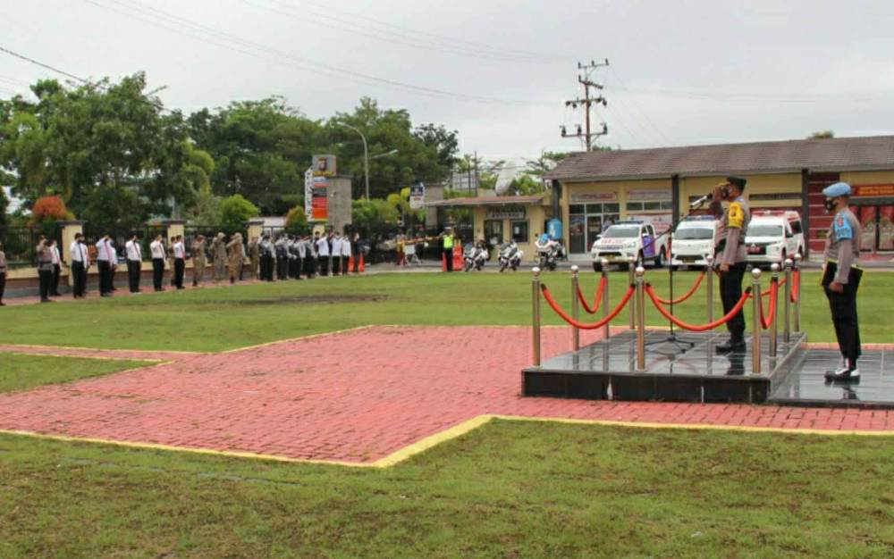 Apel gelar pasukan Operasi Keselamatan Telabang di halaman Polres Kapuas, Senin, 12 April 2021.