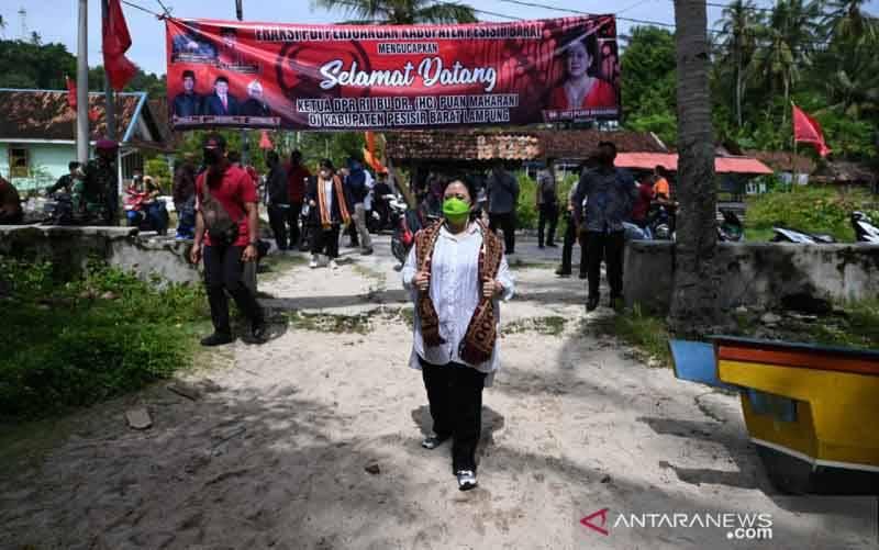 Ketua DPR, Puan Maharani saat mengunjungi Kabupaten Pesisir Barat, Provinsi Lampung, Minggu (11/4). (foto : ANTARA/DPR)