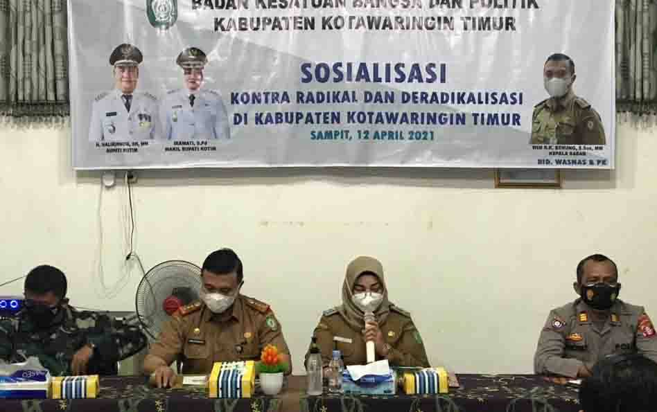 Wakil Bupati Kotim, Irawati membuka sosialisasi kontra radikal dan deradikalisasi, yang digelar oleh Kesbangpol