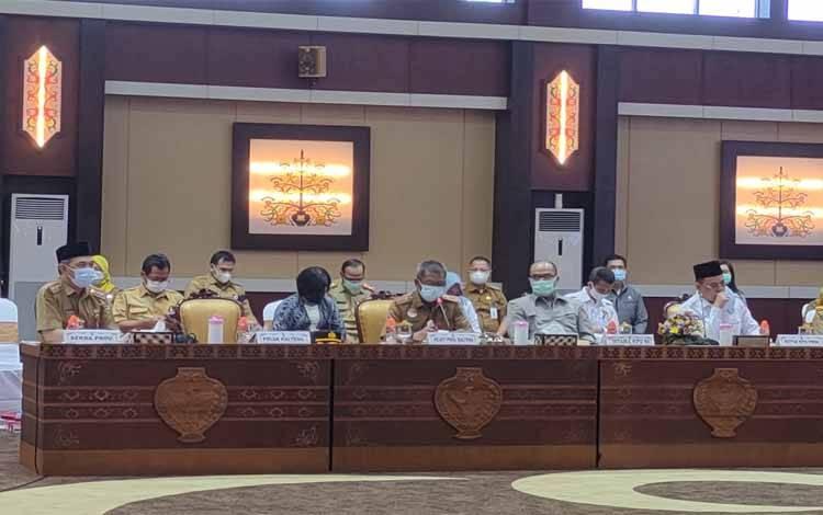 Kepala BKD Kalteng, Katma F Dirun (tengah depan) saat menjawab pertanyaan Komisi II DPR RI di aula Jayang Tingang, Senin 12 April 2021