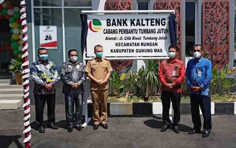 Bupati Gumas Jaya S Monong, Ketua DPRD Kabupaten Gumas Akerman Sahidar, dan lainnya saat meresmikan Kantor Bank Kalteng Capem Tumbang Jutuh.