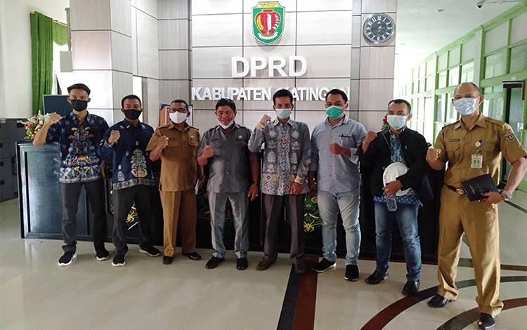 Pengurus BP3K foto bersama Wakil Ketua DPRD Nanang Suriansyah dan anggota dewan usai pertemuan.