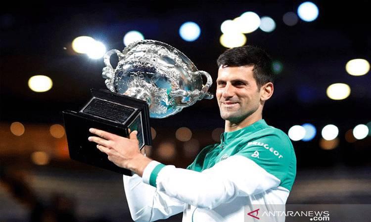 Petenis Serbia Novak Djokovic membawa pialanya usai memenangkan pertandingan final tunggal putra kejuaraan tenis Australia Terbuka melawan petenis Rusia Daniil Medvedev di Melbourne Park, Melbourne, Australia, Minggu (21/2/2021). REUTERS/Asanka Brendon Ratnayake/AWW/djo (REUTERS/ASANKA BRENDON RATNAYAKE)