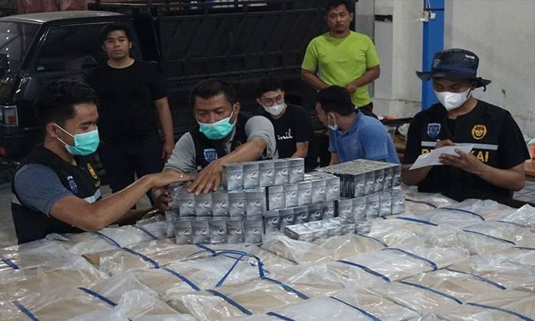 Tim gabungan mendata rokok ilegal yang diamankan dari sebuah truk di Aceh Tamiang, Senin (12/4/2021). Antara Aceh/HO/Humas Bea Cukai
