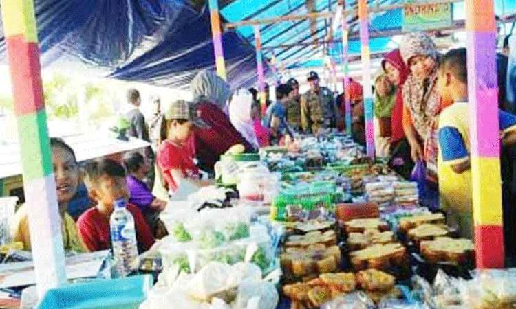 Pedagang di Pasar Ramadan Lapangan Tugu Istana Kuning Pangkalan Bun, sebelum pandemi Covid-19.