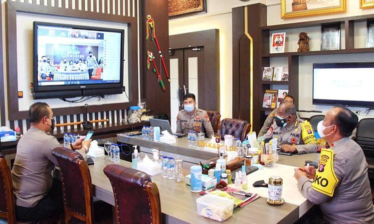 Kapolda Kalteng, Irjen Dedi Prasetyo saat menyaksikan peluncuran TV Radio Divhumas Polri secara virtual.