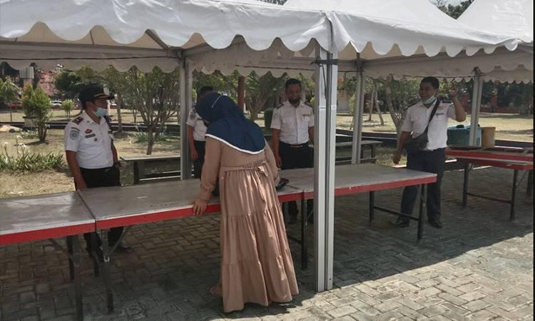 Kabid Perparkiran Dishub Kotim Nanang (topi hitam) saat bertemu dengan pedagang di Pasar Ramadan.