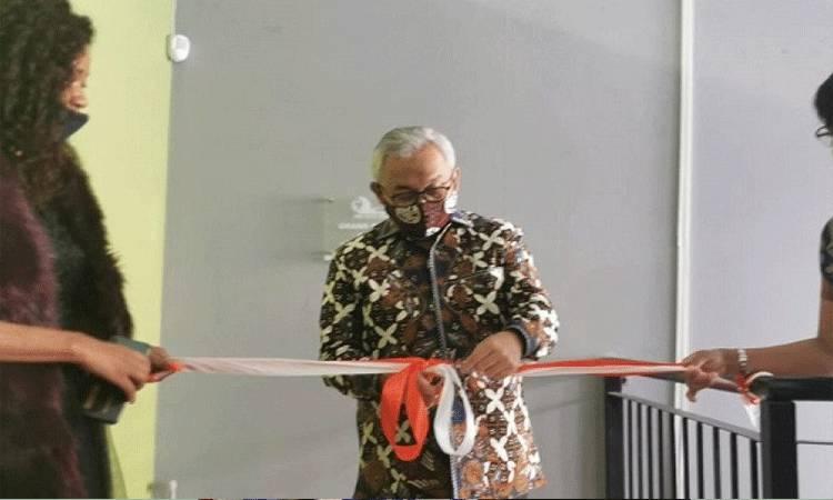 Duta Besar RI untuk Afrika Selatan Salman Al Farisi memotong pita untuk meresmikan beroperasinya perusahaan kemitraan Indonesia-Afrika Selatan, Pan Africa, di jantung kawasan usaha dan niaga Johannesburg, Afrika Selatan. (Handout-KBRI Pretoria)