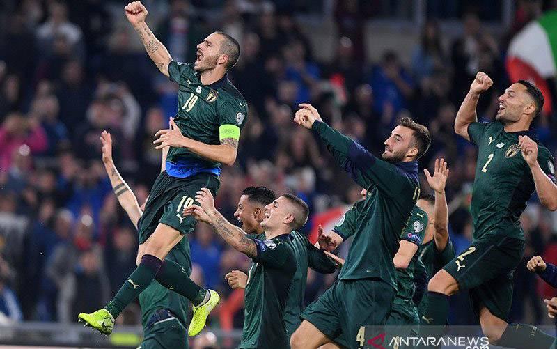 Para pemain tim nasional Italia dipimpin kapten Leonardo Bonucci (kiri atas) melakukan perayaan atas kelolosan ke putaran final Piala Eropa 2020 usai mengalahkan Norwegia dalam lanjutan Grup J babak kualifikasi di Stadion Olimpico, Roma, Italia, Sabtu (12/10/2019) setempat. (foto : ANTARA/REUTERS/Alberto Lingria)