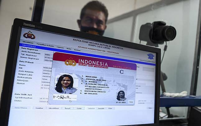 Peserta membuat Surat Izin Mengemudi (SIM) di Satuan Penyelenggara Administrasi (Satpas) SIM Daan Mogot, Jakarta, Selasa 2 Juni 2020. Direktorat Lalu Lintas (Ditlantas) Polda Metro Jaya kembali membuka layanan perpanjangan Surat Izin Mengemudi (SIM) yang sebelumnya dihentikan akibat pandemi COVID-19. (foto : ANTARA FOTO/Nova Wahyudi)