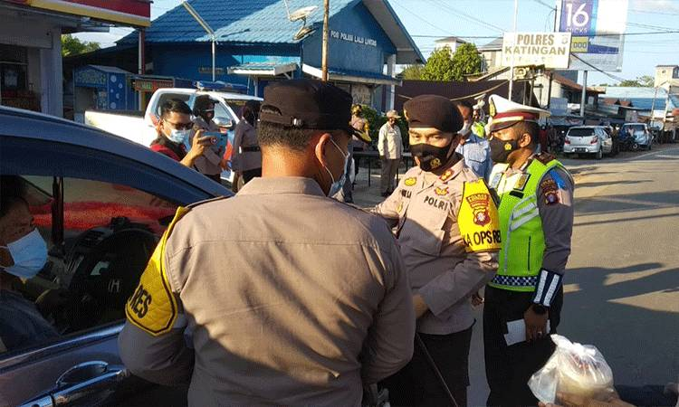Kapolres Katingan AKBP Andri Siswan Ansyah membagikan takjil kepada pengguna jalan di sela operasi keselamatan telabang.