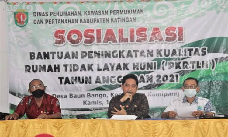 Sekretaris Dinas Perumahan, Kawasan Pemukiman dan Pertanahan Kabupaten Katingan, Adventus (kanan) didampingi Camat Kamipang saat sosialisasi PKRTLH.