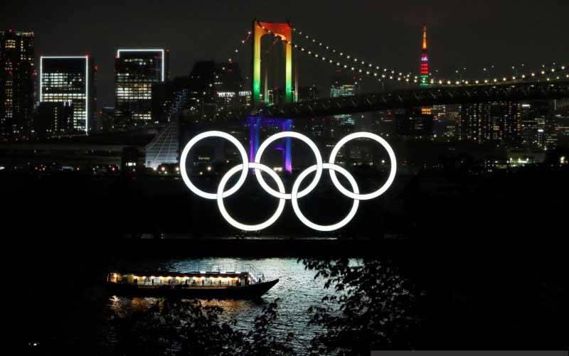 Jembatan Pelangi dan Menara Tokyo bercahaya dengan warna Olimpiade untuk memperingati hitung mundur 100 hari menuju Olimpiade Tokyo 2020 yang telah ditunda ke tahun 2021 akibat penyebaran penyakit virus korona (COVID-19), di Tokyo, Jepang, Rabu (14/4/2021). (foto : ANTARA FOTO/REUTERS/Issei Kato/hp/cfo)