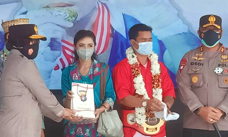Eiger Lamandau bersama istri saat menerima penghargaan dan tali asih dari Polda Kalteng.