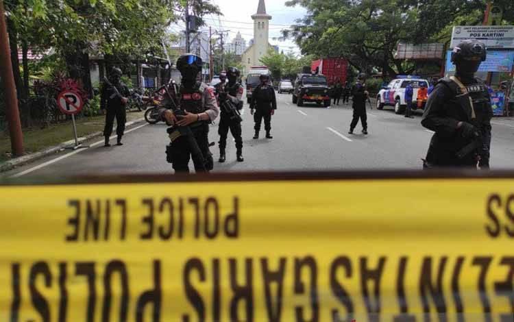 Sejumlah aparat keamanan bersenjata lengkap berjaga-jaga usai serangan teror bom bunuh diri di depan Gereja Katedral Makassar, Sulawesi Selatan, Minggu (28/3/2021)